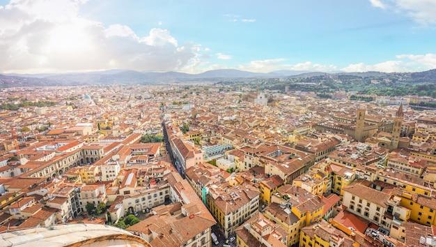日光の空の日に対するフィレンツェ(フィレンツェ)の街の風光明媚なスカイラインビュー、