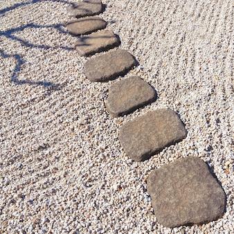 日本の石庭の風光明媚な石の小道