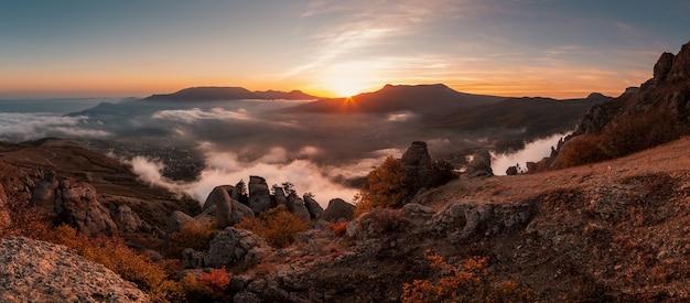 산 정상에서 아름다운 일몰, 안개가 자욱한 가을 계곡의 탁 트인 전망, 데머지 산
