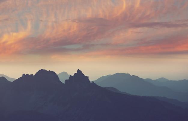 山の風光明媚な夕日。秋の季節。