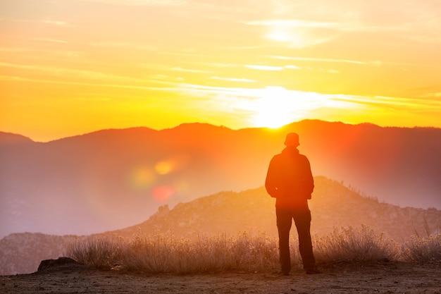 山の風光明媚な夕日