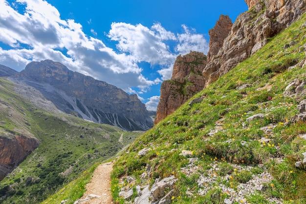 サッソンゲル山の頂上に続くハイキング用の風光明媚なトレイル。