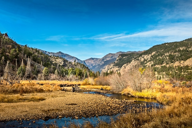 Живописный вид в октябре на реку колорадо и скалистые горы, колорадо