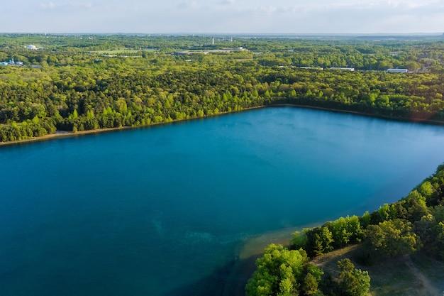 Живописный вид на озеро водный пейзаж в зеленом летнем лесу