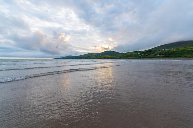 海に沈む美しい夕日の美しい景色。潮のvawe。