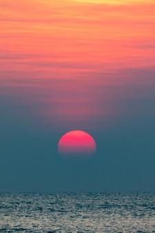 海に沈む美しい夕日の美しい景色。