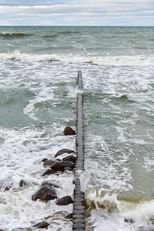 Живописный вид на синее море с пенящимися волнами