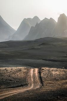 アイスランドの高地の未舗装の道路の風光明媚なビュー