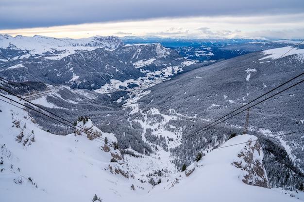 南チロル、イタリアのドロミテの山の頂上の風光明媚な景色