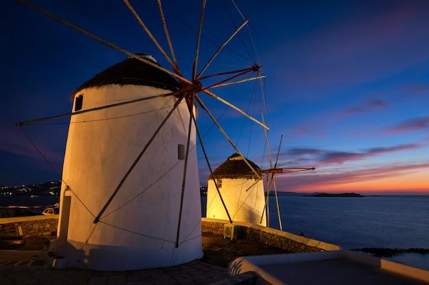 有名なミコノスチョーラ町風車の風光明媚なビュー。