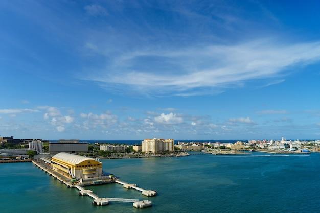 Живописный вид на исторический красочный город пуэрто-рико вдали от моря с портом на переднем плане