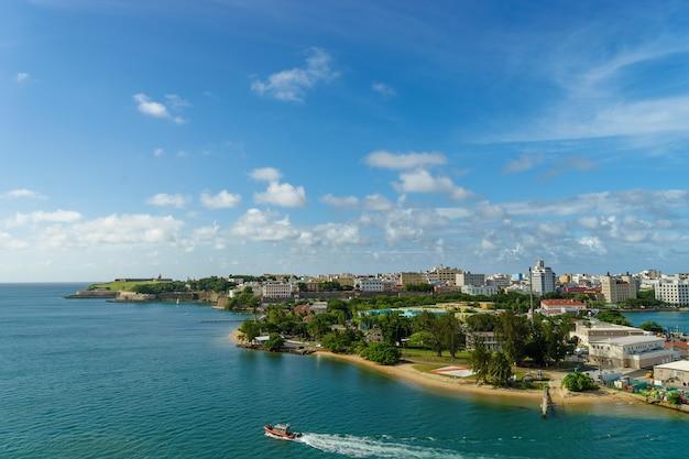 Живописный вид на исторический красочный город пуэрто-рико вдали от моря