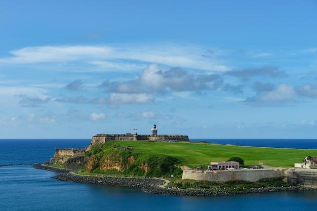 Живописный вид на исторический красочный город пуэрто-рико вдалеке с фортом на переднем плане с моря (круизный лайнер)