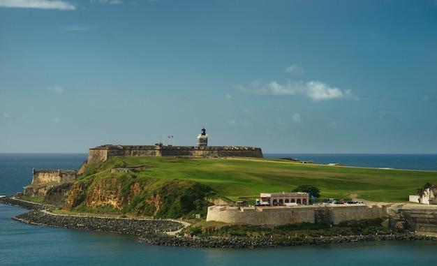 フォアグラウンドサンファンの要塞との距離で歴史的なカラフルなプエルトリコの街の風光明媚なビュー