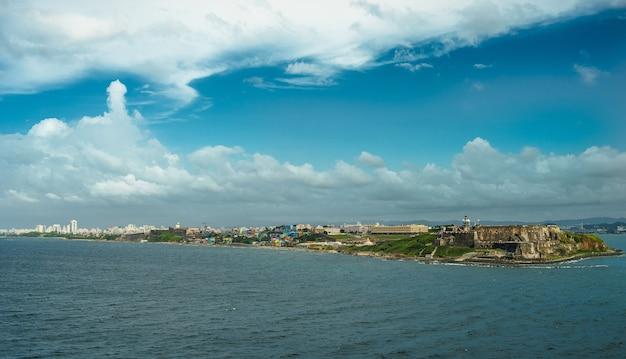 手前に砦がある距離にある歴史的なカラフルなプエルトリコの街の風光明媚な景色