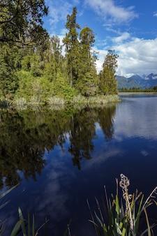 여름에 뉴질랜드 매디슨 호수의 아름다운 전망