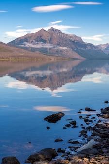 モンタナ州のアプガー近くのマクドナルド湖の美しい景色