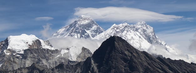 Живописный вид на гору эверест 8 848 м и лхоцзе 8 516 м на вершине горы гокио рядом с озером гокио во время похода в базовый лагерь эвереста в непале