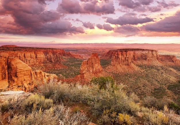 アメリカ合衆国、コロラド州の日の出にあるコロラド国定公園の山々の美しい景色