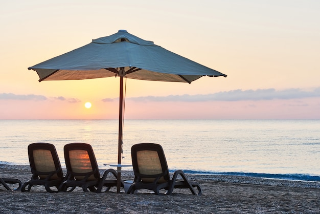海と山に対してサンベッドを備えたビーチの砂浜のプライベートビーチの美しい景色。アマラドルチェヴィータラグジュアリーホテル。リゾート。ケメロボ・ケメル。七面鳥