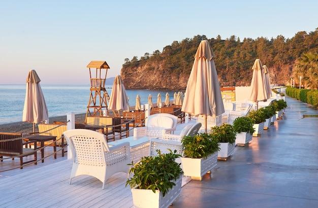 サンベッドのある砂浜のプライベートビーチと、海と山のパラソカミーの美しい景色。リゾート。