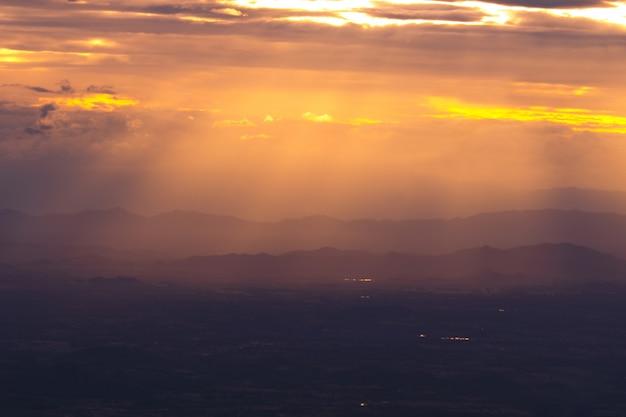 夕日とビームの中に空を背景にシルエット山の風光明媚なビュー