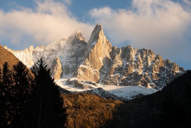 Живописный вид на заснеженные вершины эгюий верте во французских альпах.