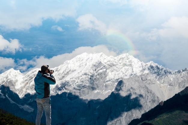 Живописный вид заснеженных гор на фоне голубого неба