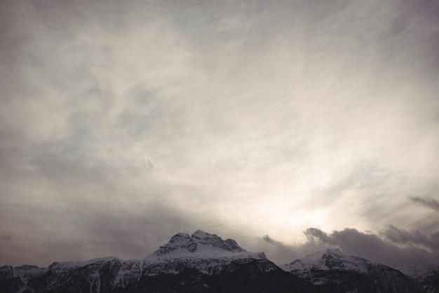 雪をかぶった山々の美しい景色