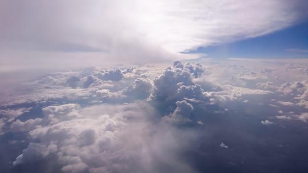 하늘에서 높은 구름 형성 위에 빛나는 태양의 경치를 볼.