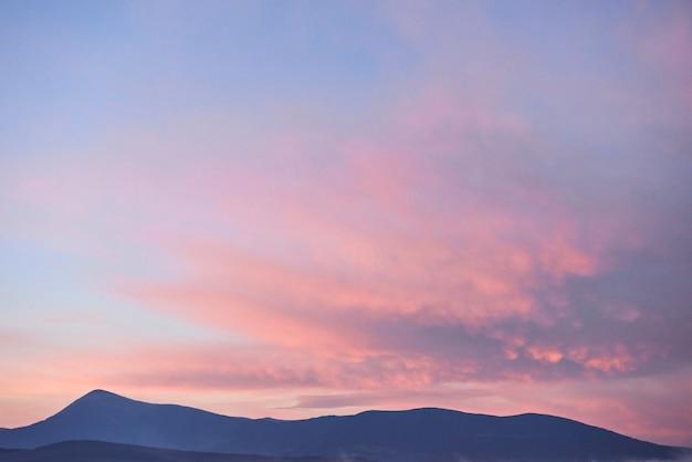 カルパティア山脈、ウクライナの日の出の山々の風光明媚な景色。