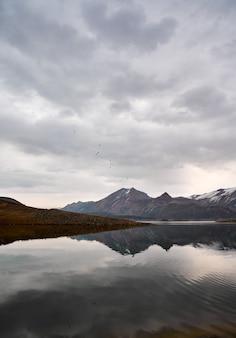 Живописный вид на азатское водохранилище в армении с отражением гор