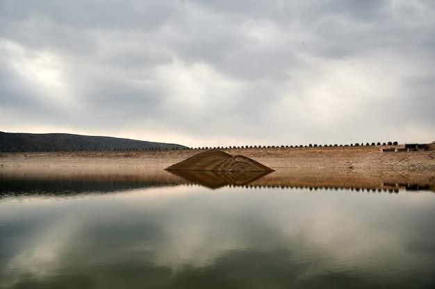 Живописный вид на азатское водохранилище в армении с отражением небольших холмов
