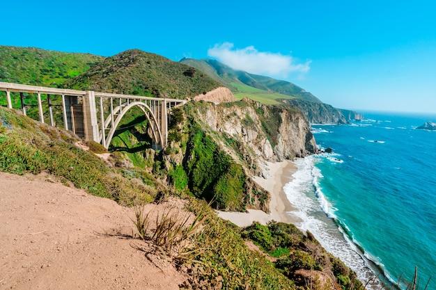 캘리포니아 빅서 해안에 있는 빅스비 크릭 다리의 아름다운 전망
