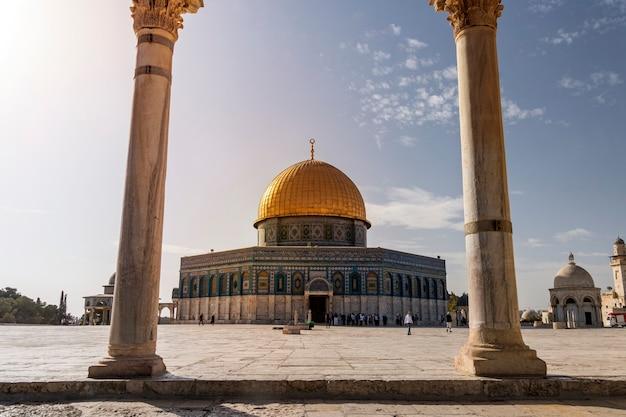 イスラエル、エルサレムの旧市街にある魂の鱗のアーチを通しての岩のドームの風光明媚な景色。イスラムの神社が反対側のアーケードの柱を撃ち抜いた。イスラム建築。