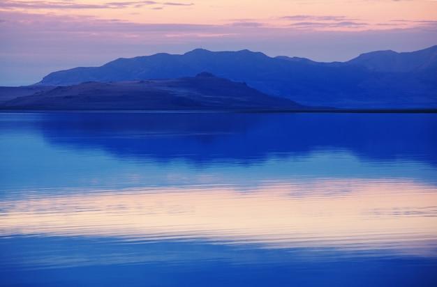 日没時のグレートソルトレイクの風景の美しい景色