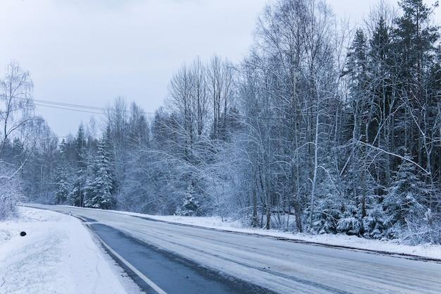 雪の中の道路カバーの美しい景色