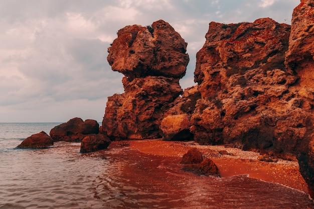 바다의 아름다운 전망, 바위가 많은 해안선과 모래 해변, 야외 여행 배경, 황금색