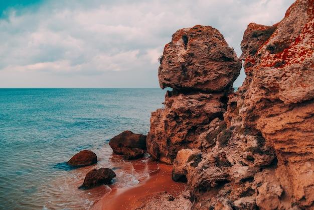 바다, 바위가 많은 해안선 및 모래 해변의 아름다운 전망, 야외 여행 배경