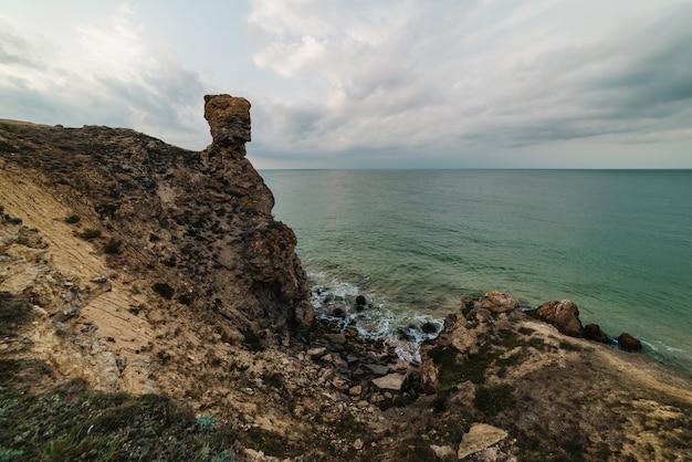 바다, 바위가 많은 해안선 및 모래 해변의 아름다운 전망