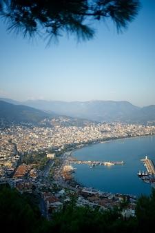 日当たりの良い国、トルコの海岸線、アラニヤ市の風光明媚な景色