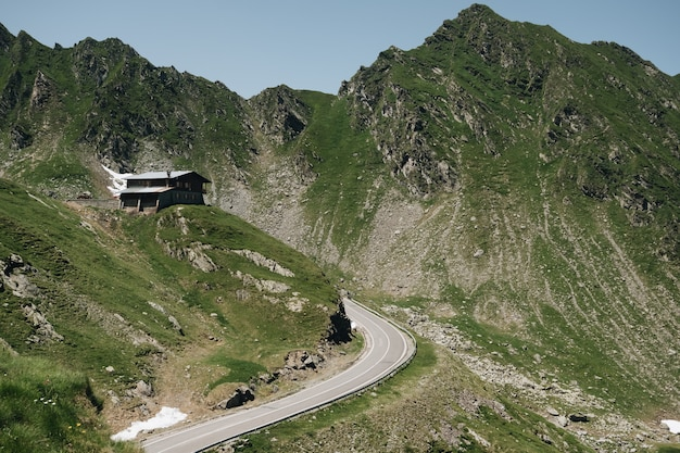Живописный вид на извилистую трансфагаринскую горную дорогу в трансильванских альпах