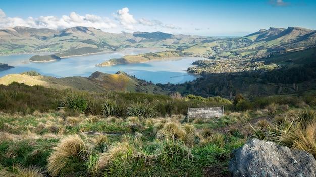 緑の丘に囲まれた湾の美しい景色知事湾クリストチャーチニュージーランド