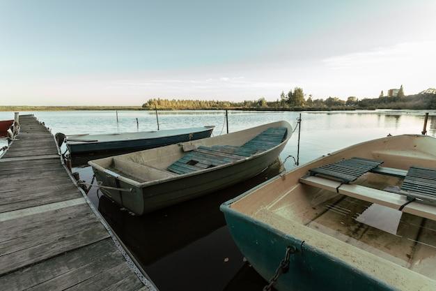 ロシアの木造桟橋のそばのボートの風光明媚な景色。