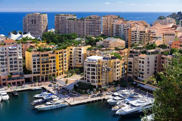 Живописный вид на роскошные яхты и апартаменты центра города и гавани монте-карло, лазурного берега, монако, французской ривьеры.