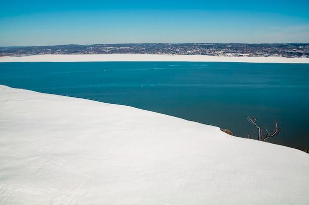 맑은 겨울날 얼어붙은 허드슨 강의 아름다운 전망 텍스트 복사 공간