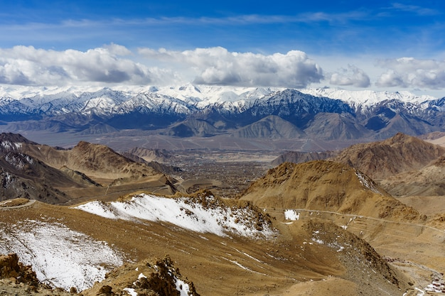 Scenic view between path on khardung la, mountain pass in the ladakh region of jammu and kashmir