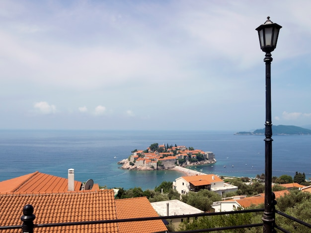 有名なモンテネグロのランドマーク通りの美しい景色。夏の日までにステファン島
