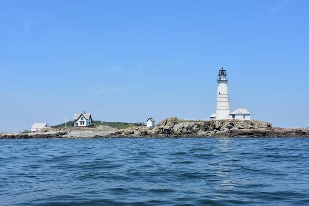 Viste panoramiche di boston light nelle isole del porto di boston in una giornata estiva.