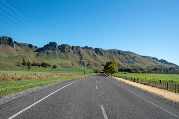 Живописные виды на хребет пик те мата с дороги, ведущей через пышную сельскую долину.